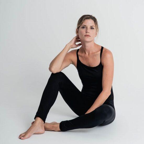 Mono Yoga Negro, Lilia